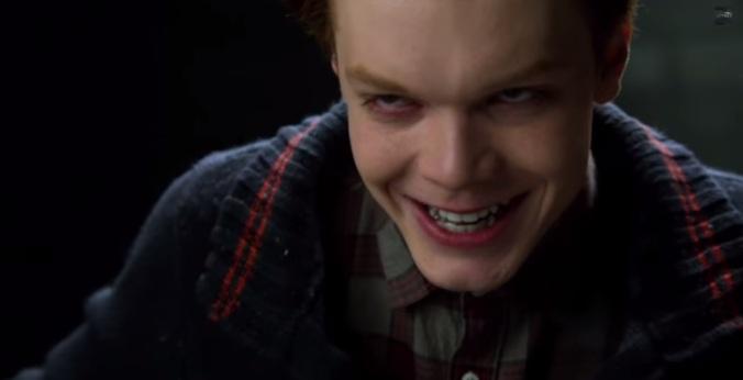 Cameron Monaghan, el futuro Joker, saca a relucir su bonita sonrisa.