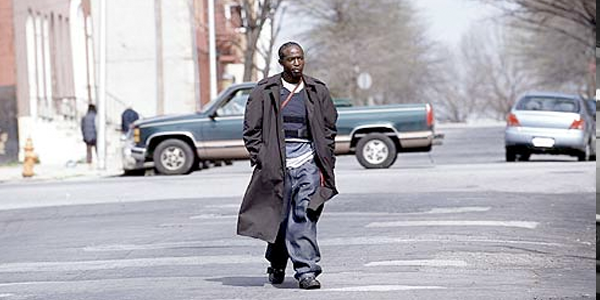 Omar Little (Michael K. Williams) paseando por las calles de Baltimore